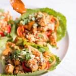 Thai Salat Wraps mit Tofu und Erdnuss-Chili-Sauce