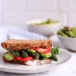 Spargel-Sandwich mit Erbsen-Basilikum-Creme und Erdbeeren - rein pflanzlich, vegan, glutenfreie Option, ohne raffinierten Zucker - de.heavenlynnhealthy.com