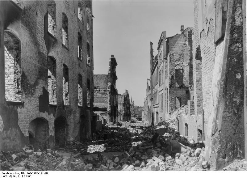 Datei:Bundesarchiv Bild 146-1980-121-20, Zerstörtes Lübeck.jpg