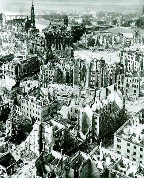 Datei:Dresden - zerstörte Altstadt.jpg
