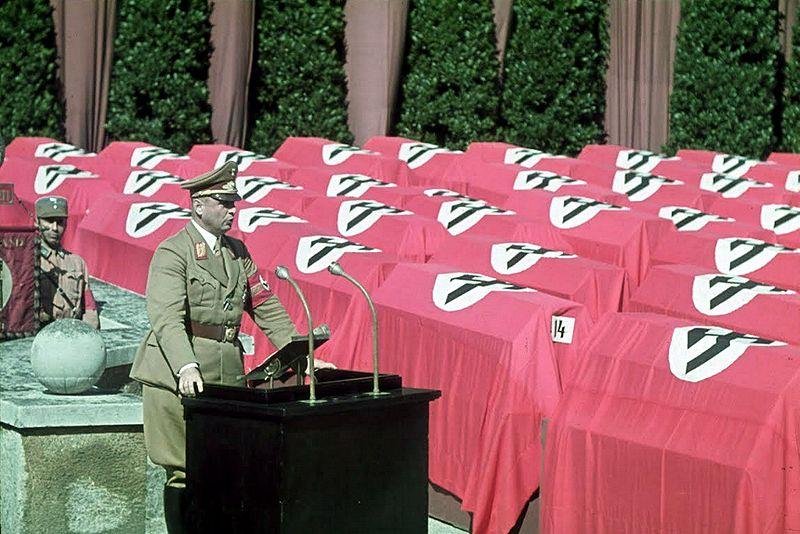 Datei:Paul Giesler spricht bei einer der unzähligen Gedenkfeiern für die Gefallenen des alliierten Bombenterrors, München 1944.jpg