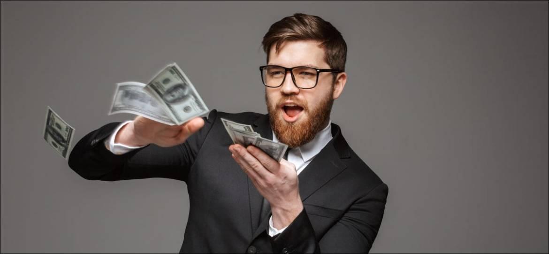 Ein Geschäftsmann, der Geld herumwirft.