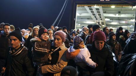 Flüchtlinge und Migranten beim Verlassen einer Fähre in Griechenland