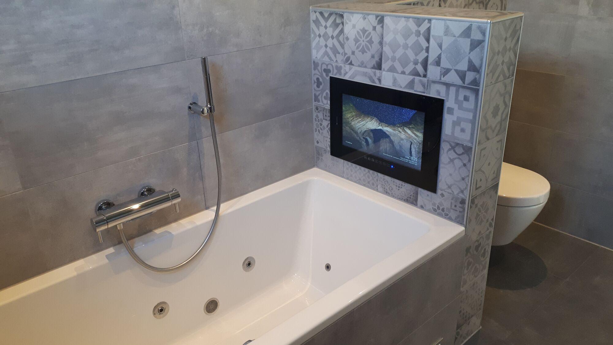Einbau Fernseher Wasserdichte Einbau TVs fr Badezimmer und Garten