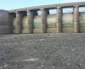 El déficit de agua potable pasa a dramático en la capital y se siente en Santiago