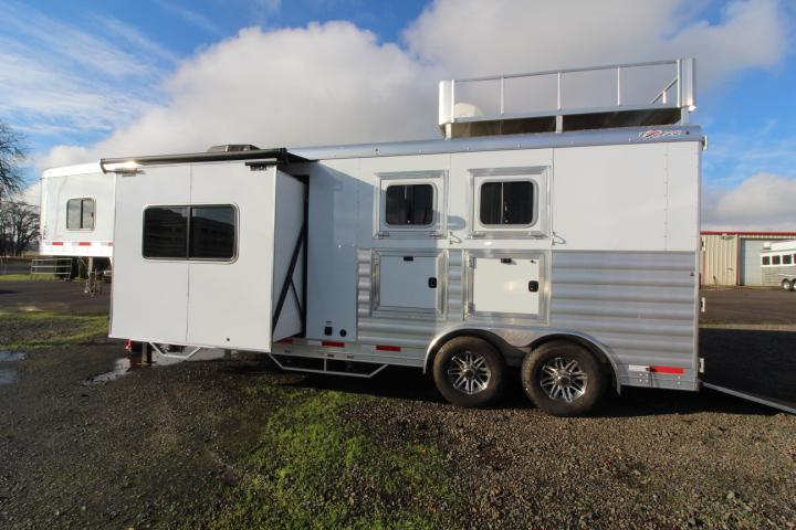 lightly used 2019 exiss 8210 2 horse trailer with 10 living quarters with dinette in slide out swing out saddle rack easy care flooring lined