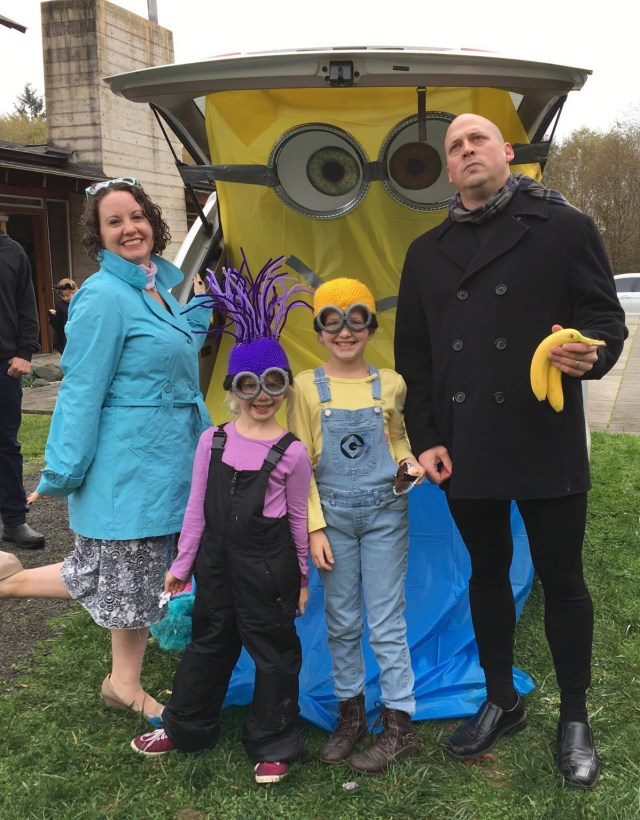 Gru and Lucy take their Minions to the church trunk-or-treat party.