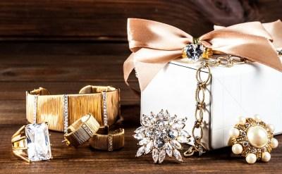 大切な女性への誕生日プレゼントはアクセサリーを贈ろう!おすすめアクセサリー50選