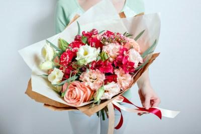 【上司や先輩】女性に贈る還暦プレゼント、オススメ50選