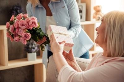お母さんへの初任給プレゼントはブランド財布がおすすめ!母親世代に人気のブランド5選