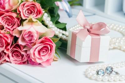 女友達プレゼントを2000円以内で選びたい。絶対に喜んでもらえる高見えアイテム15選