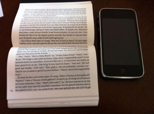 dwarsligger next to iphone