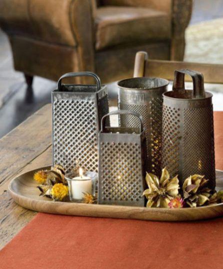 Delle vecchie grattuge possono essere usate come diffusori della luce delle candele. Un po di frutta secca e un vassoio di legno e il gioco è fatto!