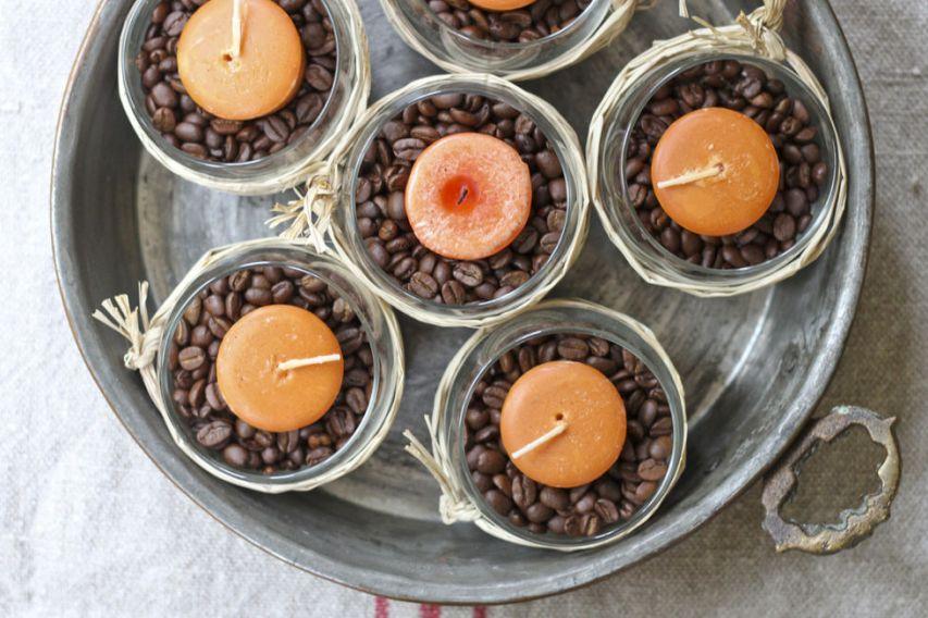 Basta qualche chicco di caffè per decorare il portacandele. Uno spunto in più potrebbe essere l'utilizzo di legumi secchi come lenticchie, piselli e mais :)