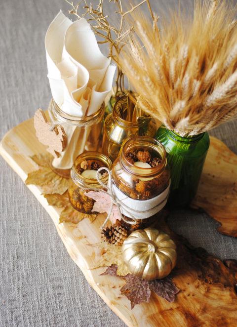 Del legno, dei barattoli, foglie e grano: il giusto mix per un centrotavola autunnale