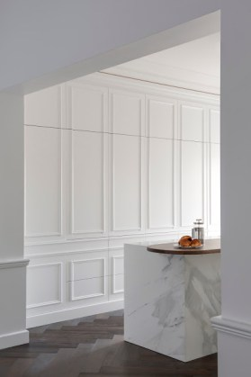 minosa-white-kitchen-parisioan-hand-made-door-calcutta-marble-block-herringbone-tongue-groove-hidden-kitchen-design-provisial-woollahra-design-award-kbdi-2015-01 (16)