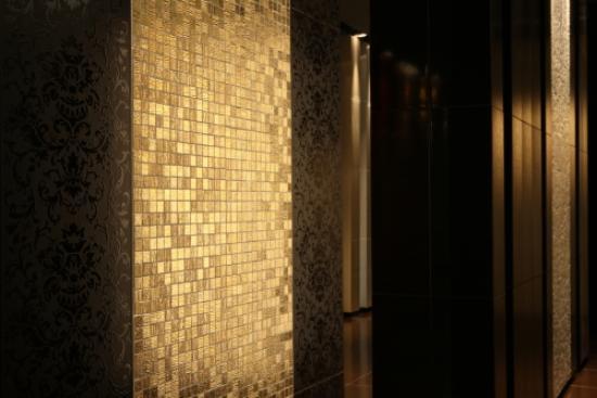 Effektvolle Bad Fliesen in Gold Optik von Iris Ceramica