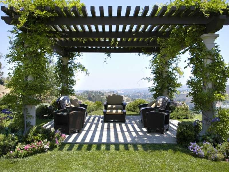pergola im garten romantisch schwarz modern. Black Bedroom Furniture Sets. Home Design Ideas