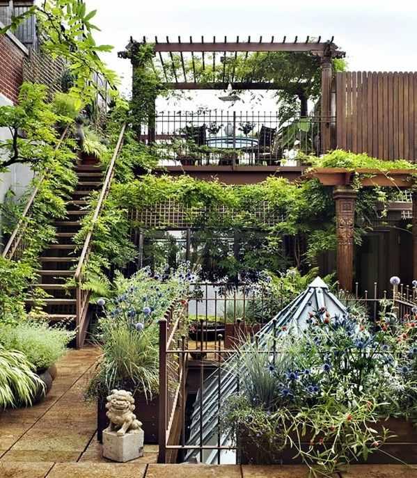 Dachwohnung mit bepflanzter Terrasse und exotischer Einrichtung