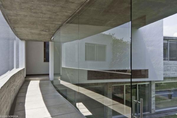 Haus aus Beton und Glas  raues Design trifft moderne Architektur