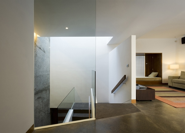 Glas und Licht fllen ein modernes Reihenhaus in Santa Cruz