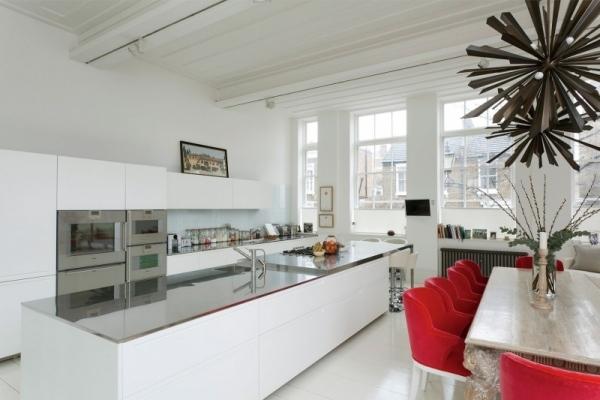 Hohe Decken und pur weie Wnde prgen eine Luxus Wohnung in London