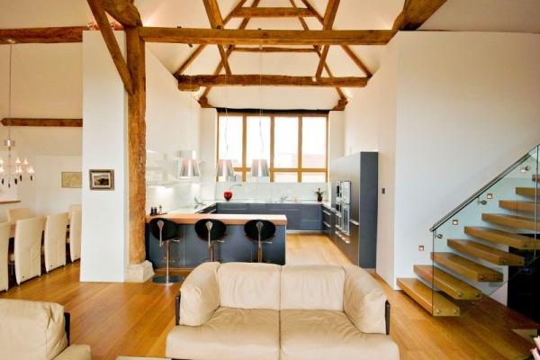 Alte Scheune zum Wohnhaus umgebaut-Sichtbare Sparren und moderne Möbel
