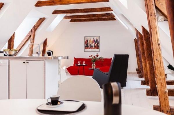 Moderne Dachwohnung in Schweden  Dunkle Holzsparren und
