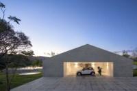 minimalistisches Haus aus Holz mitten im brasilianischen