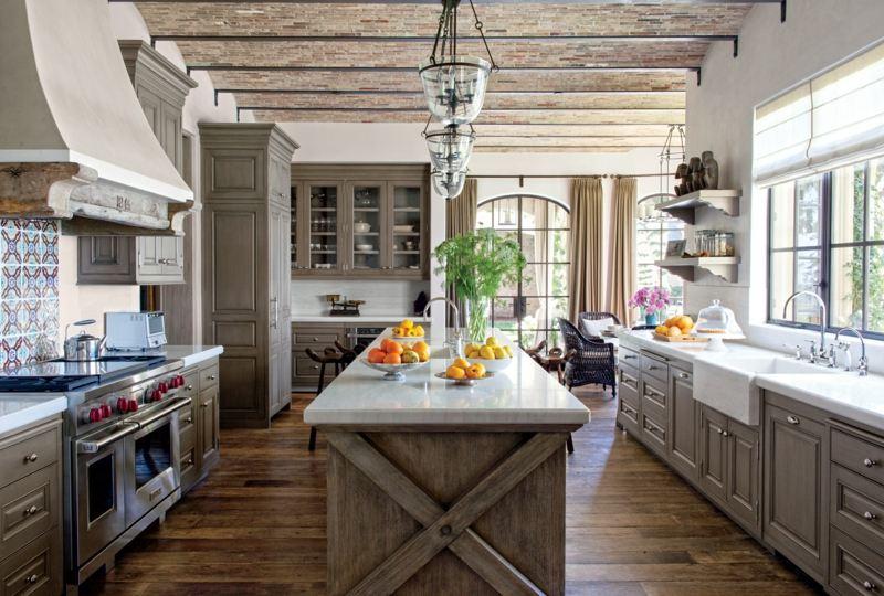 Rustikale Kuche Grau Holz Idee Kuecheninsel Pendelleuchten Ofen