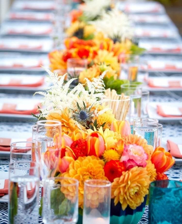 Ideen fr Sommer Hochzeit Tischdeko mit bunten Blumengestecken