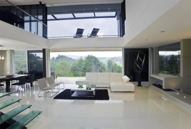 Modernes Wohnhaus in Kolumbien von einer grnen Landschaft umgeben