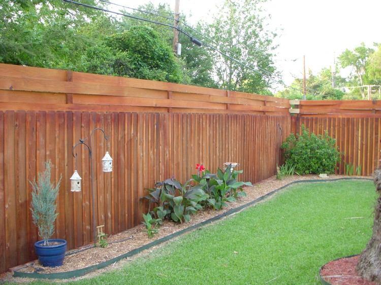 Sichtschutzzaun Holz Mulch Rasenflaeche Sichtschutz Zaun Oder Gartenmauer Ideen Fur