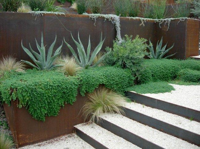 garten gestaltung den gartenweg mit blumen und pflanzen umranden,