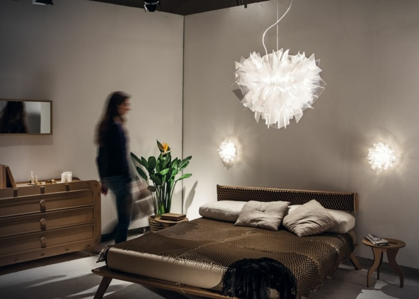 Kartonhaus dient als Ausstellungsraum fr neue Lampen Designs