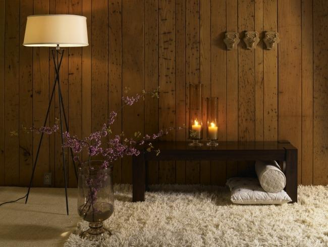 Kerzenlicht und Holz Wanddeko in der Wohnung schaffen Gemtlichkeit