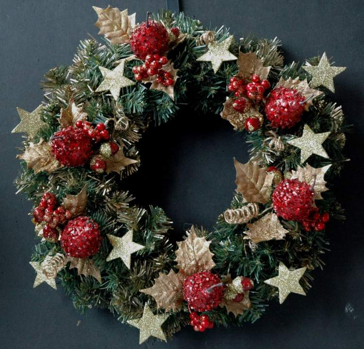 Weihnachtskranz basteln und mit Naturmaterialien dekorieren