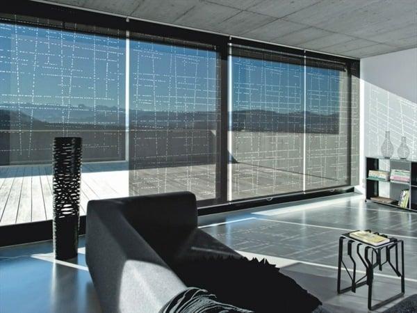 Jalousien und Rollos verzieren die Fenster und bieten Sichtschutz