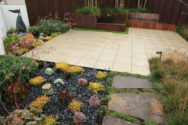 gartenweg anlegen aus pflastersteinen kies oder doch holz | designmore, Gartengestaltung