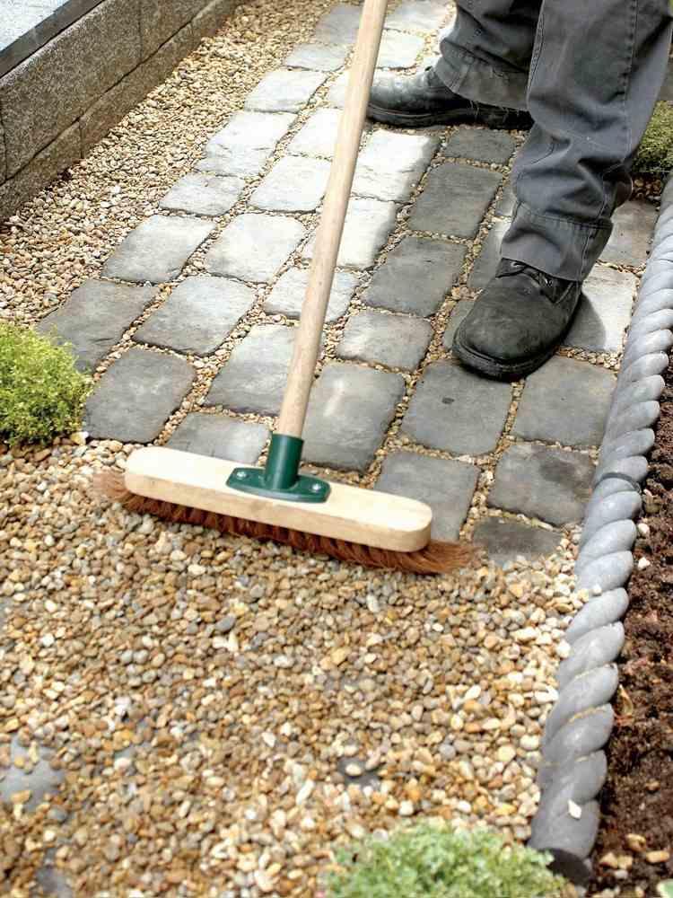 Gartenweg anlegen  aus Pflastersteinen Kies oder doch Holz