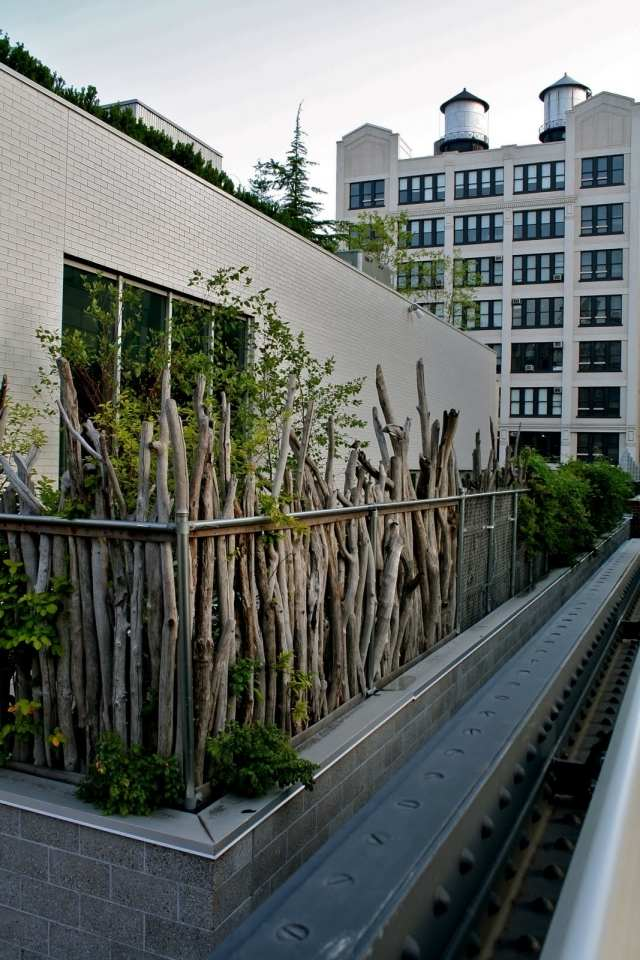balkon sichtschutz ideen holz zweige pflanzen rustikal. Black Bedroom Furniture Sets. Home Design Ideas