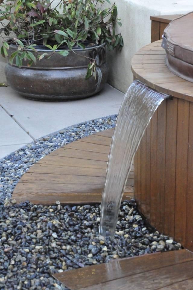Brunnen garten mediterran wasserfall kies holz whirlpool brunnen und wasserspiele im garten - Brunnen garten holz ...
