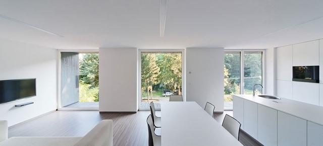Ein minimalistisches eingeschossiges Haus mit viel Holz