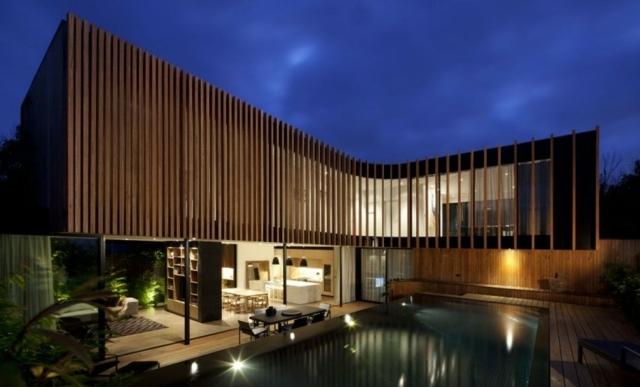 Haus aus Holz fngt die Blicke der Passanten mit attraktiver Fassade