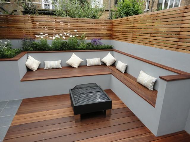 Die moderne Gartenbank aus Holz passt sich jeder