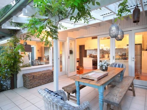 rustikale terrassengestaltung holz esstisch sitzbanke kronleuchter, Garten und erstellen