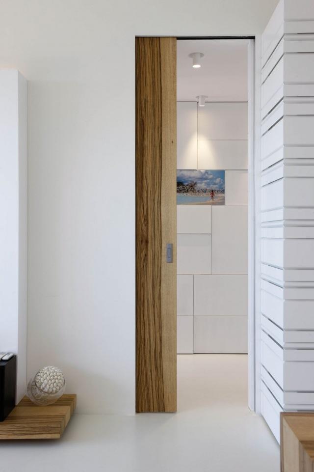 Moderne Wohnung innen ganz in Wei und Holz gekleidet