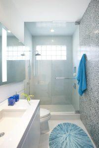 Kleines Badezimmer einrichten - mit diesen Tipps Platz sparen!