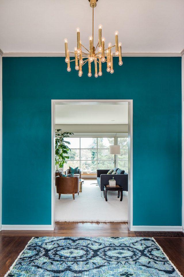 Wandgestaltung mit Farbe Blau und Schattierungen von Blau