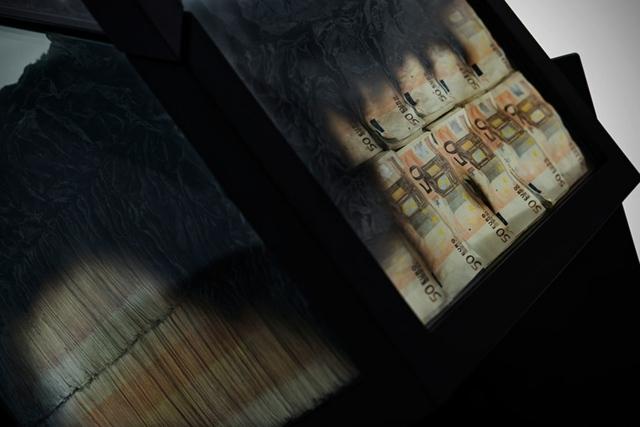 Glas Esstisch Too Much aus Geldscheinen